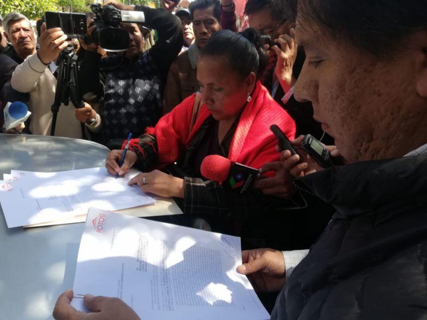 Alcalde Cervantes entrega su renuncia al Concejo