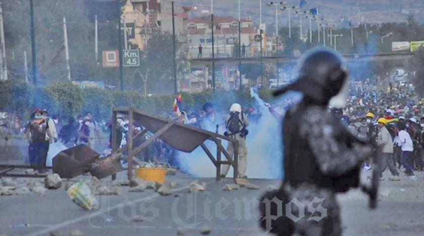 Enfrentamientos entre cocaleros y policías dejan 30 arrestados