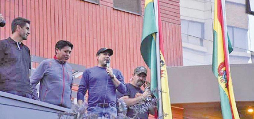 Camacho dice que habló con Pumari sobre candidatura