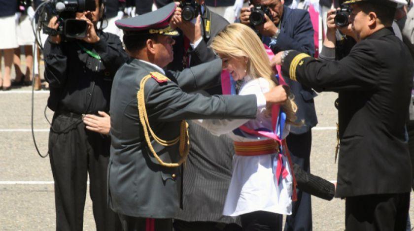 Añez es condecorada por las Fuerzas Armadas con la medalla al mérito