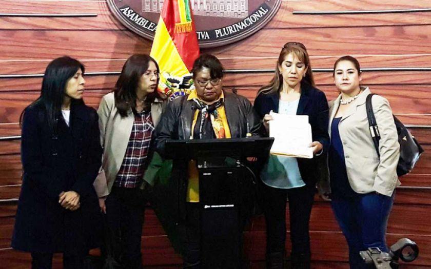 """Legisladoras presentan proyecto de ley para """"nivelar"""" salarios de policías"""