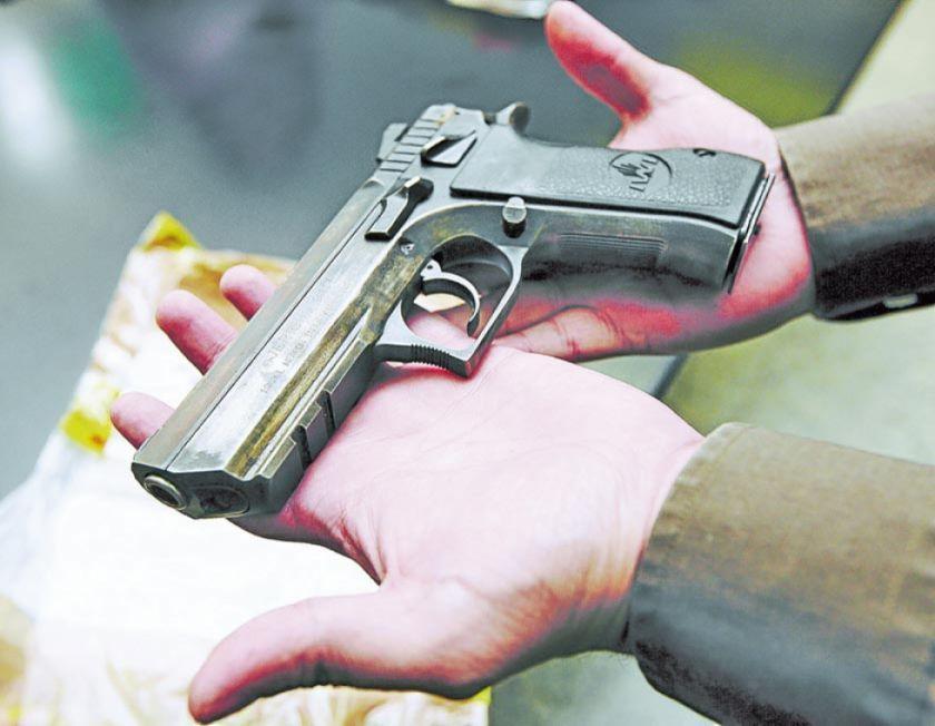 Policía dispara a su esposa, sus 2 hijos y luego se suicida