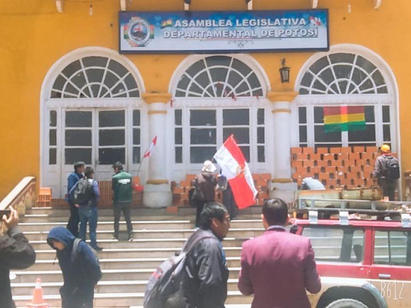 Cívicos toman Asamblea por la presunta manipulación de lista