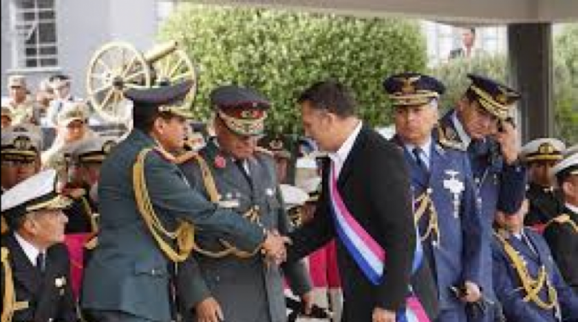 """Ministro de Defensa admite que """"conversó"""" con las FFAA antes de la renuncia de Evo"""