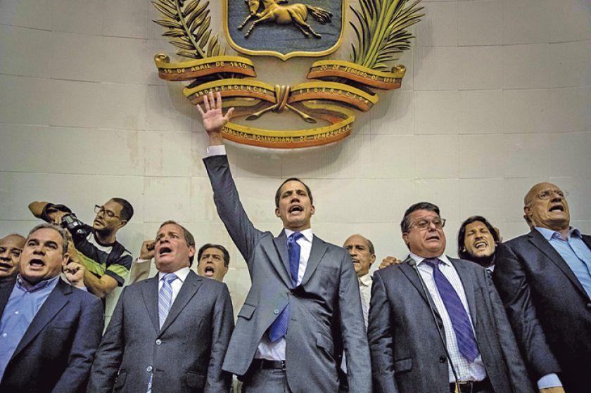 Reeligen a Juan Guaidó en doble sesión caótica