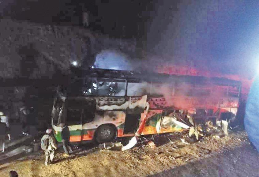 Bus se incendia en la vía que une a Huanuni con Llallagua