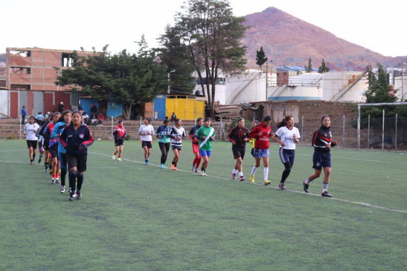 Las selecciones potosinas de fútbol de damas y varones trabajan sin descanso