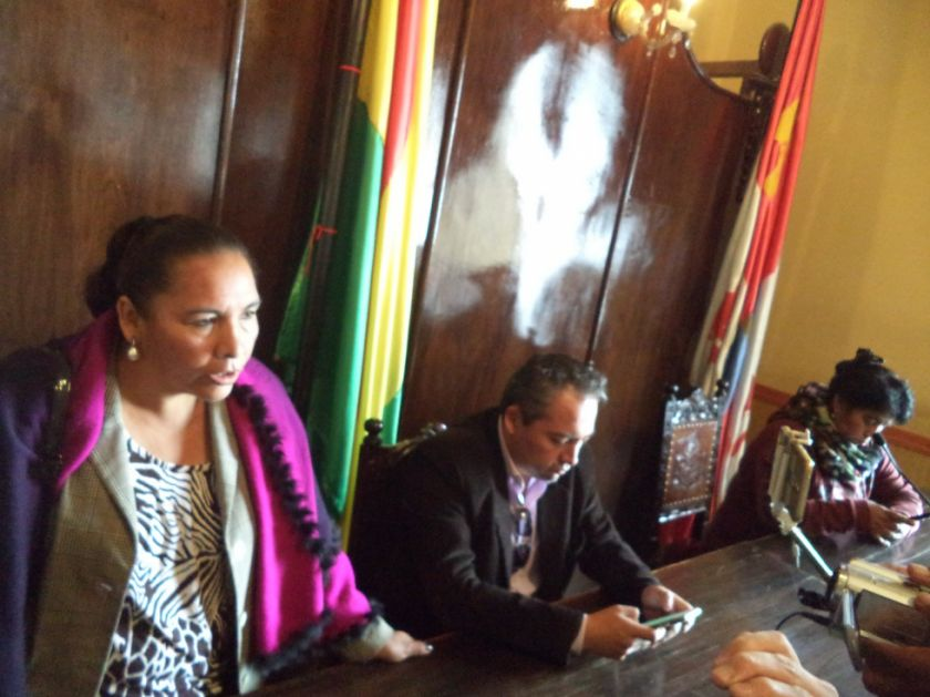 Presidenta saliente confronta al presidente entrante