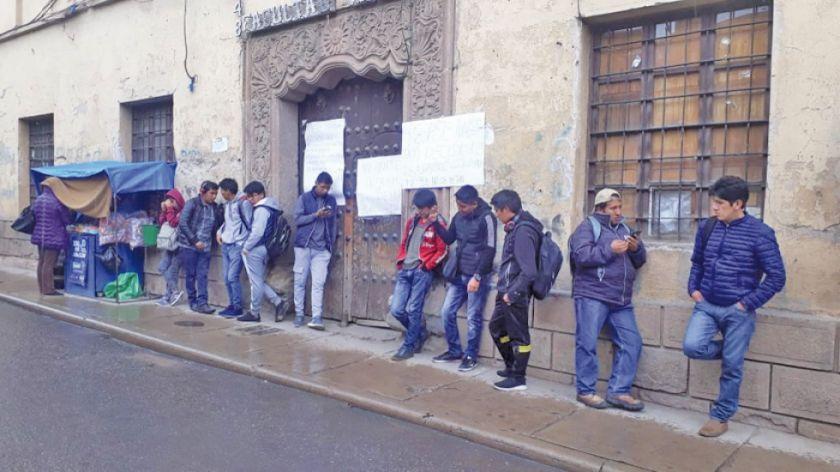Alumnos de la Facultad Técnica cierran su edificio