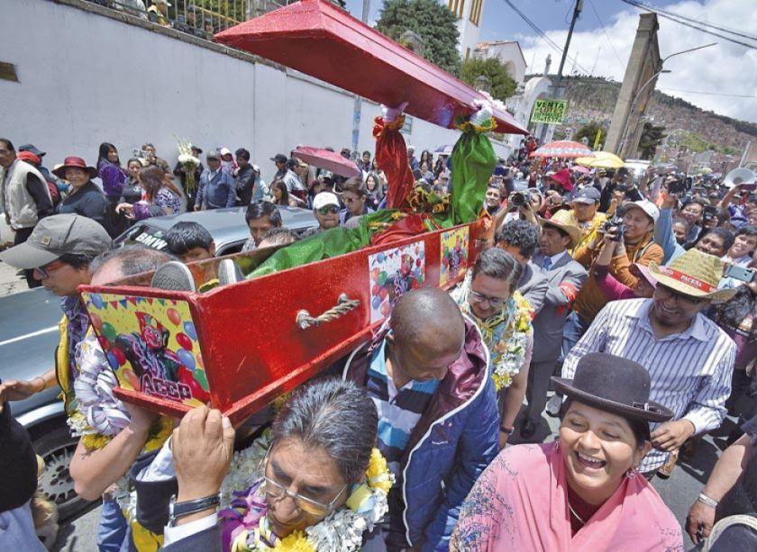 El travieso Pepino salió de su ataúd y dio por iniciado al Carnaval en La Paz