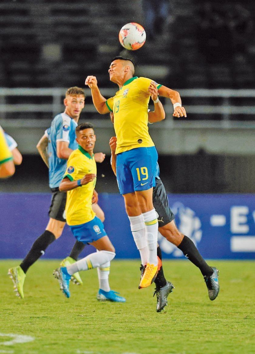 Brasil vence 3-1 a Uruguay y se afianza en la punta