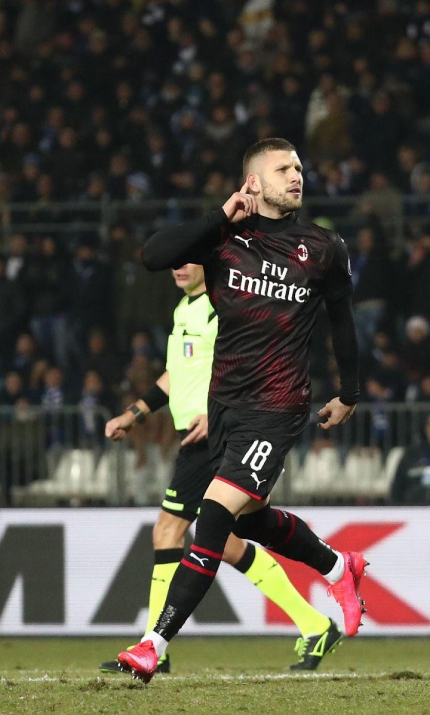 Milan vence a Brescia con un gol de Ante Rebic