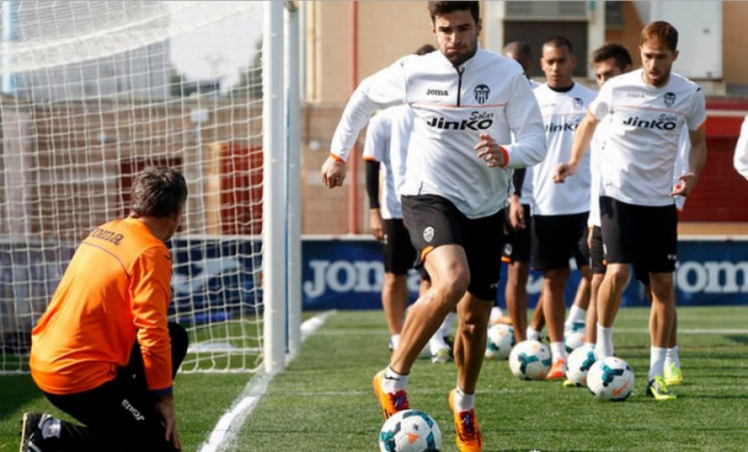 Un Valencia con dudas prueba a Barcelona