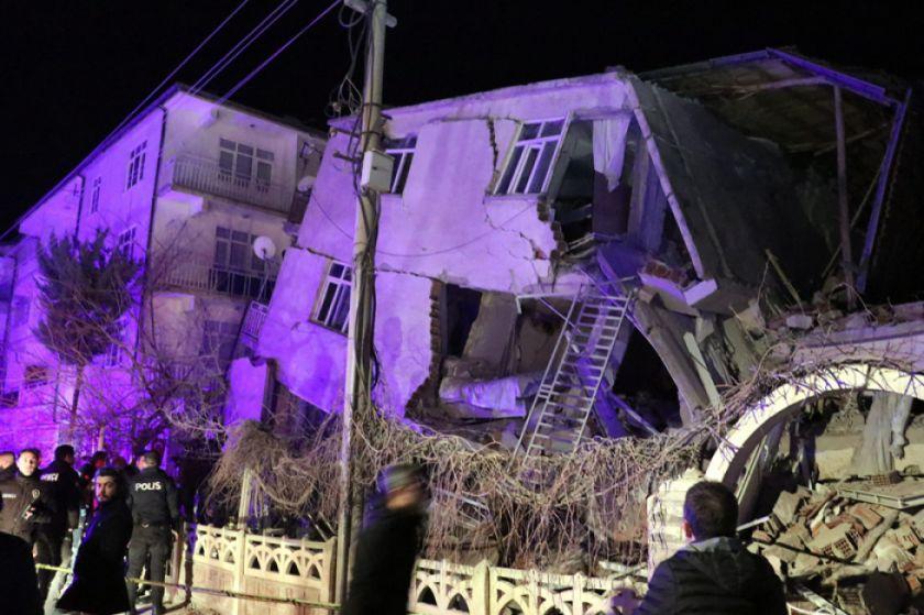 Turquía se vuelca en el rescate tras sismo que dejó 29 muertos