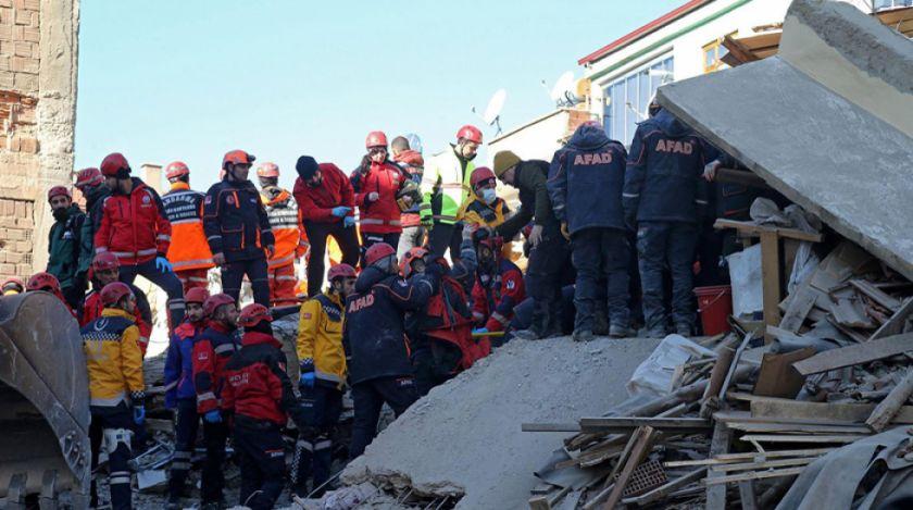 Sube a 35 los muertos por sismo en Turquía, pero sigue el rescate