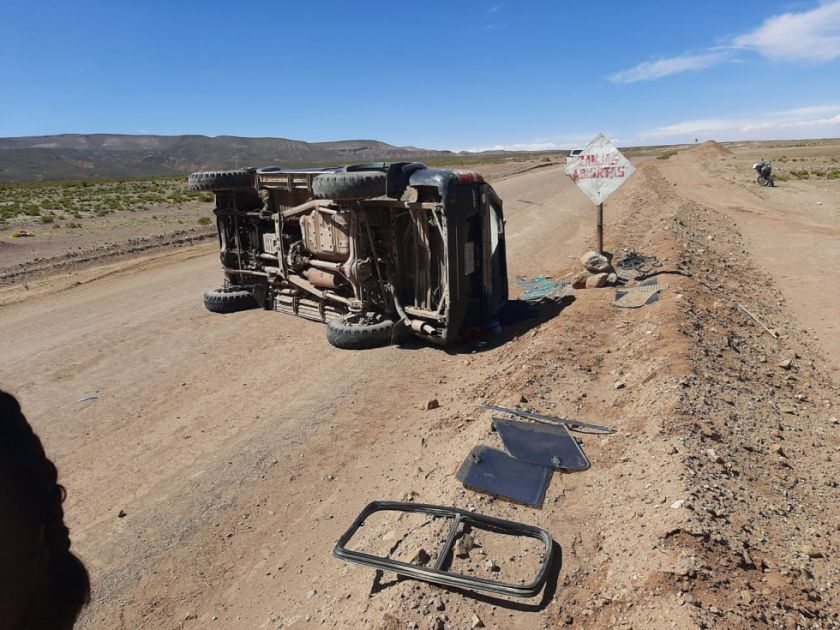 Exceso de velocidad causa accidente con tres heridos