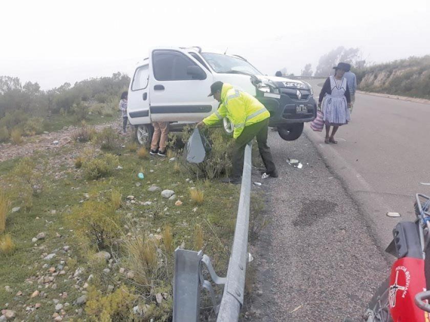 Chofer estrelló su vehículo contra el pretil de seguridad