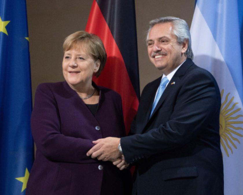 Fernández busca apoyo de Merkel por la deuda