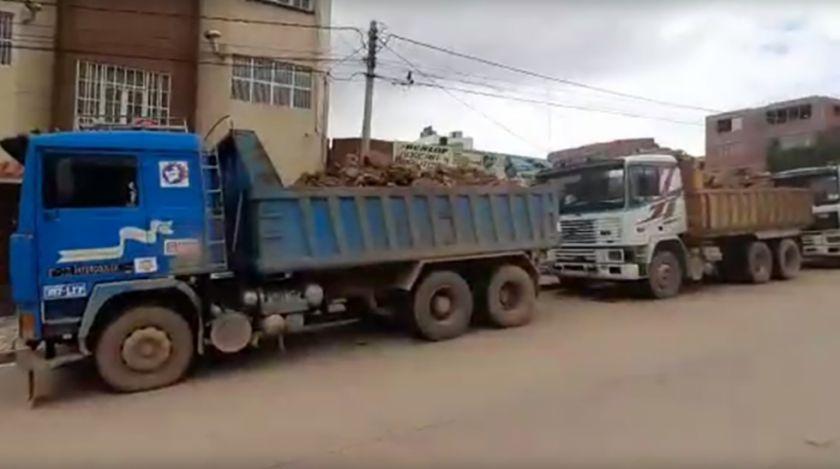 Sacan mineral de zona indebida en carros con logo de la Gobernación