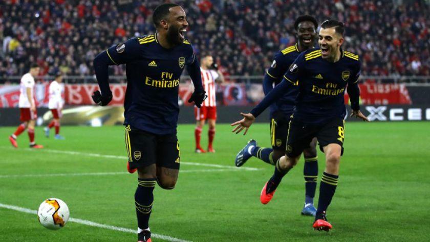 Arsenal gana y se acerca  a la Liga de Campeones