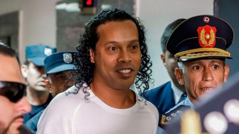 Ordenan prisión preventiva a Ronaldinho, que regresa a cárcel de Asunción