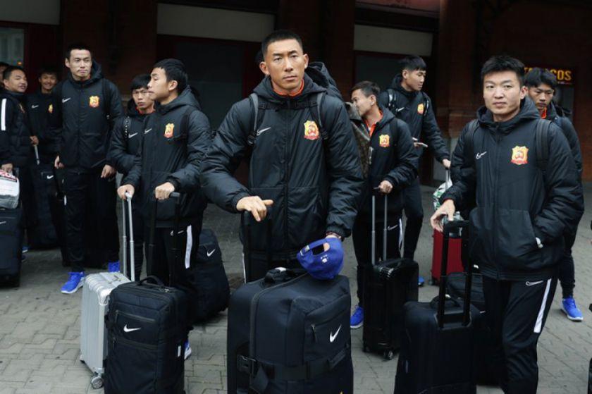 Equipo de Wuhan deja España para evadir brote
