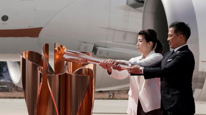 La llama olímpica aterriza  en Japón desde Grecia