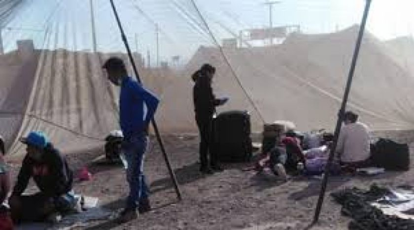 Bolivianos permanecen en carpas en la frontera con Chile