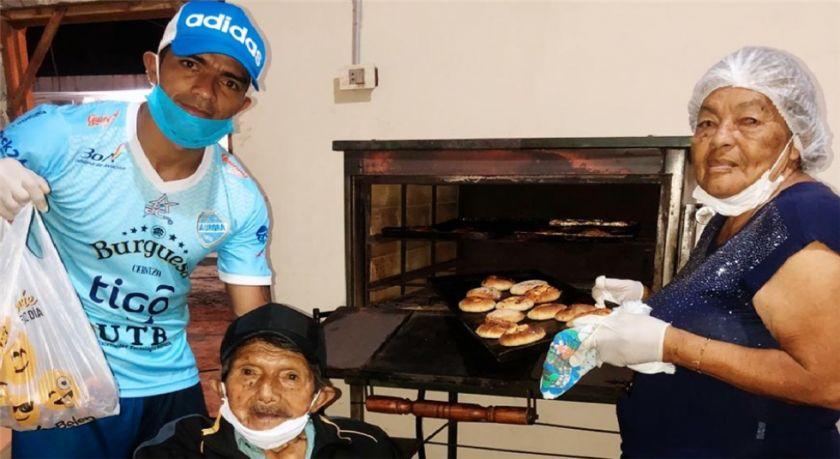 Gabriel Ríos reparte pan entre los más necesitados