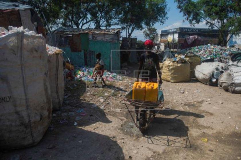 La difícil tarea de lavarse las manos en los campamentos de Haití
