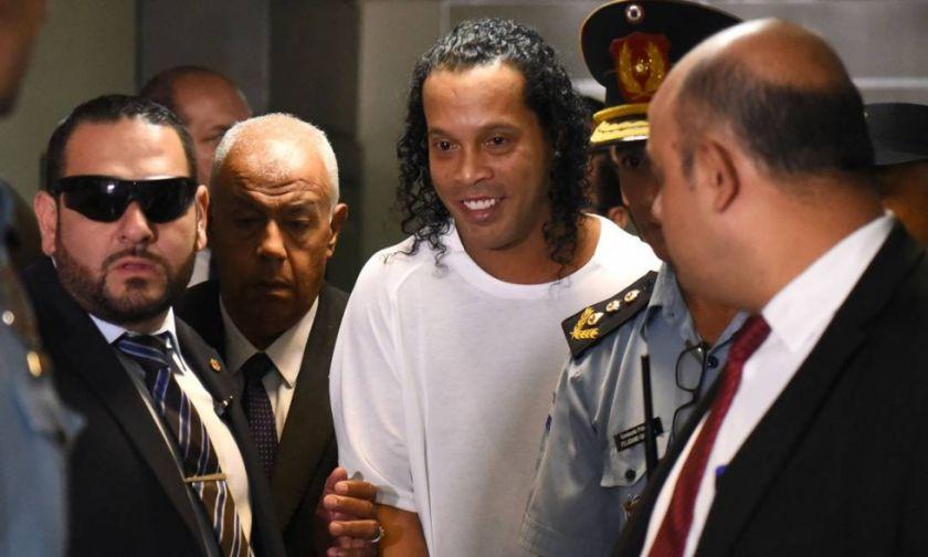 Ronaldinho deja la cárcel y cumplirá arresto domiciliario en Paraguay
