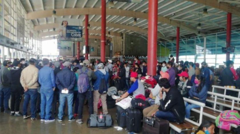 Cientos de bolivianos se encuentran varados en la terminal de buses de Antofagasta y piden volver al país