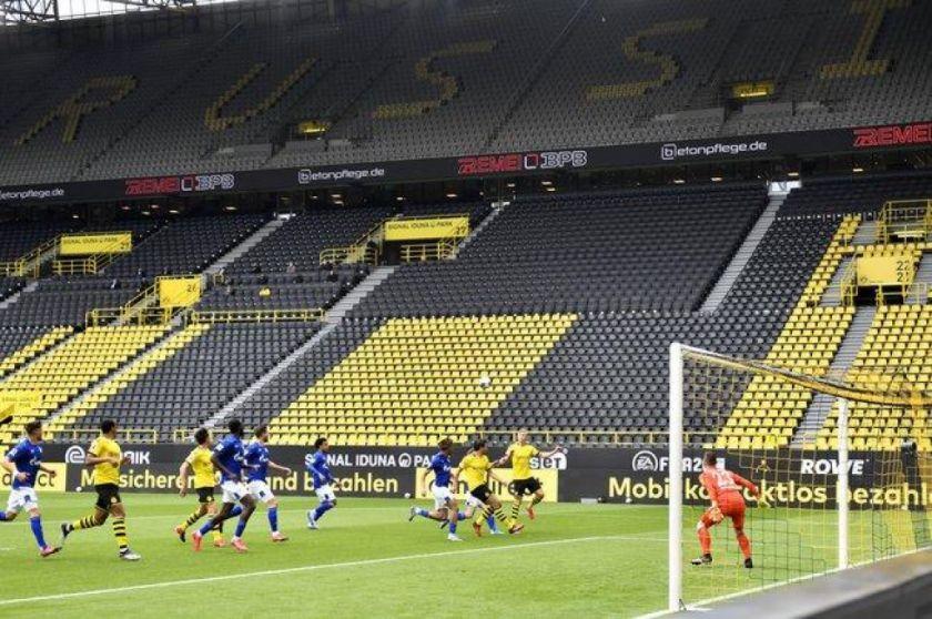 Estadios desolados y festejos de gol con distanciamiento en la vuelta de la Bundesliga