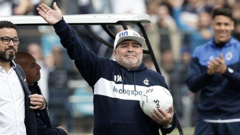 Maradona arregló su continuidad con Gimnasia y Esgrima La Plata