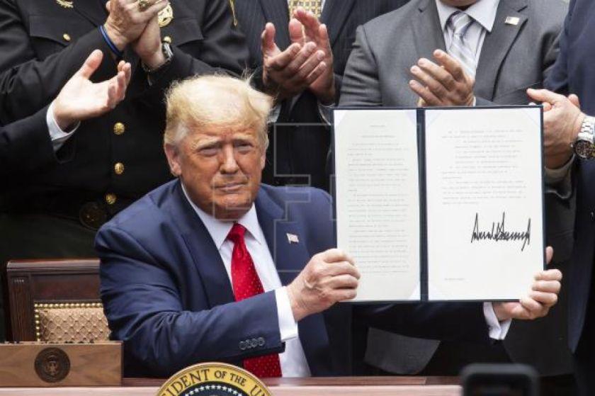 Trump intenta incentivar cambios en la Policía sin dejar de defenderla