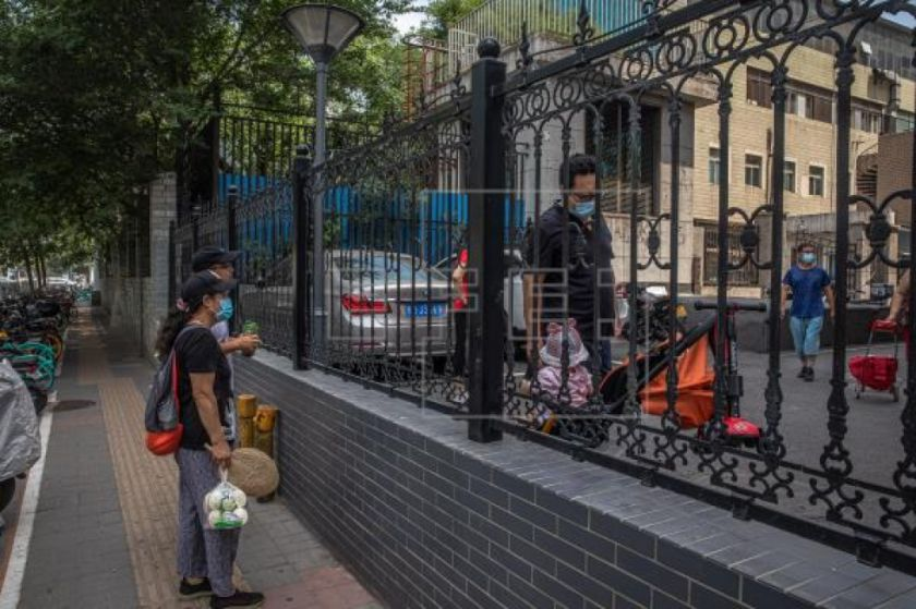 Pekín endurece las restricciones y adopta medidas titánicas contra el brote
