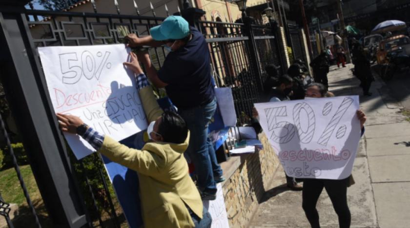 """Padres de familia piden rebaja de 50 % en pensiones y Gobierno dice que demanda es """"inviable"""""""
