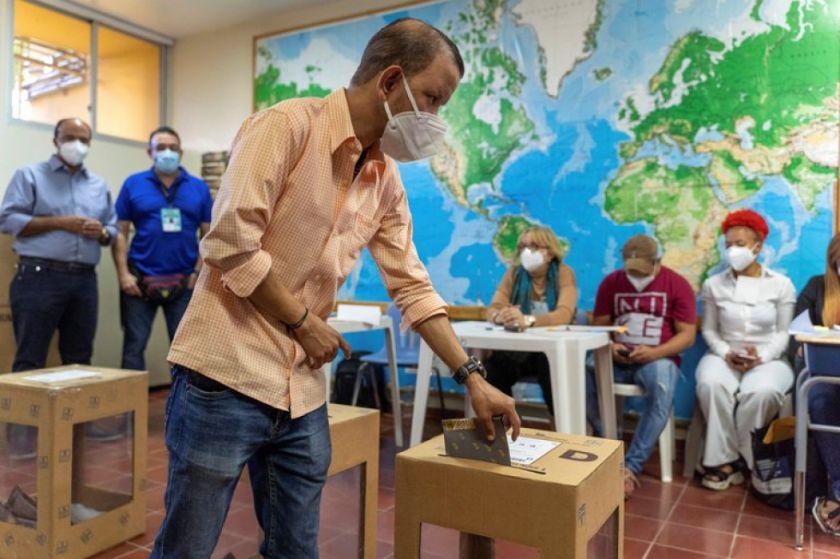 Elecciones dominicanas: votantes con mascarilla y sin miedo al coronavirus