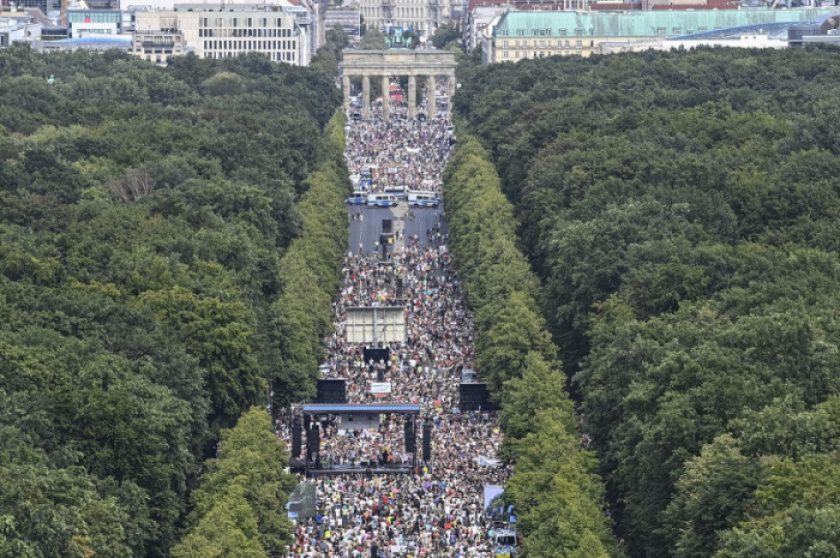 Miles protestan contra restricciones por coronavirus en Berlín