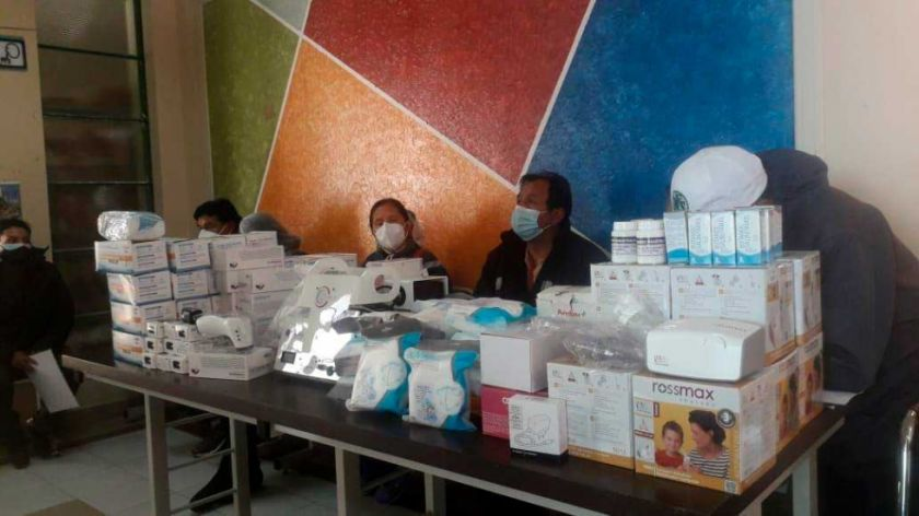 Profesores del Norte Potosí entregaron insumos médicos a centros de salud