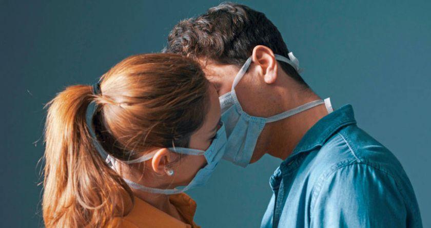 Sin besos ni abrazos y con barbijo por más tiempo: la COVID-19 pasará de pandemia a endemia