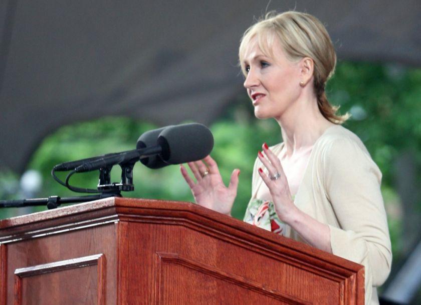 Acusada de transfobia, autora de harry Potter devuelve un premio