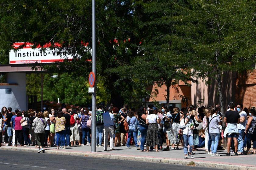 Profesores hacen colas  para las pruebas de coronavirus en Madrid