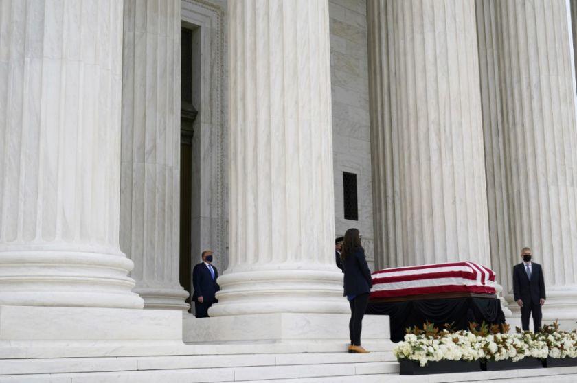 Abuchean a Trump en su visita a los restos de la jueza Ginsburg