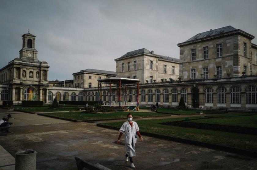Francia amplía toque de queda por pandemia, que afectará a 46 millones de personas