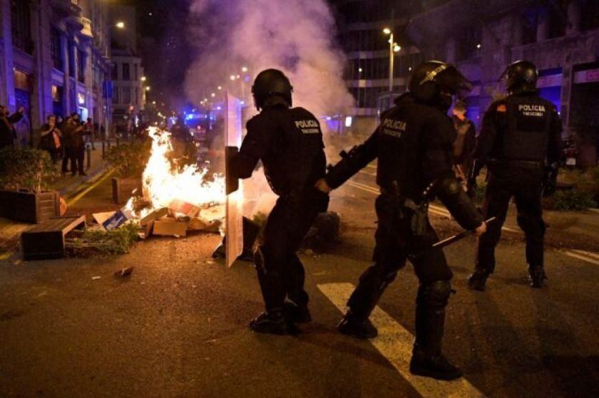 Manifestación contra restricciones por pandemia degenera en disturbios en Barcelona