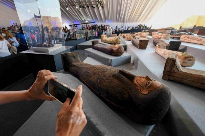 Egipto presenta más de 100 sarcófagos intactos encontrados este año