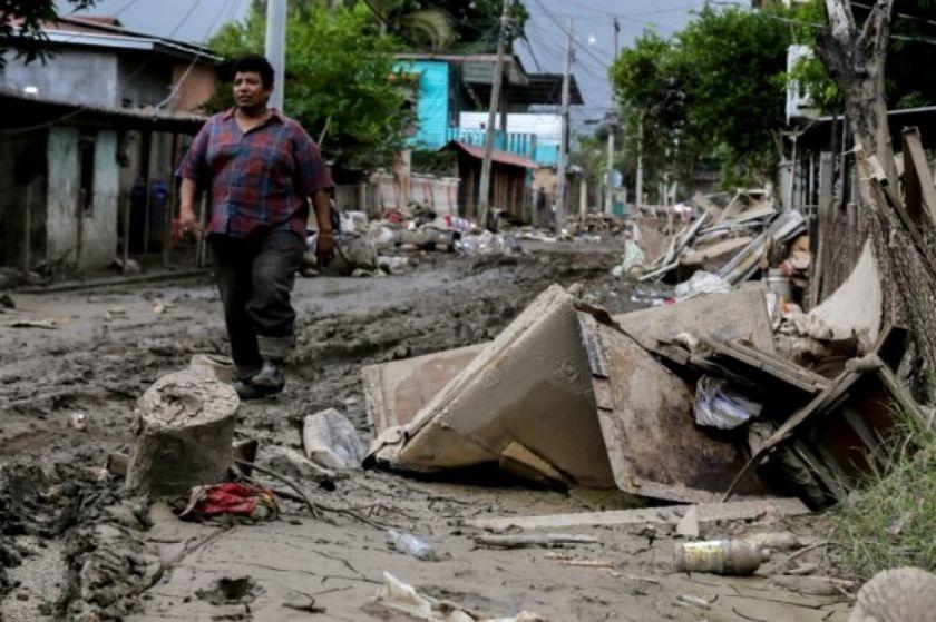 Iota se degrada a depresión tropical en El Salvador, pero suma una decena de muertos