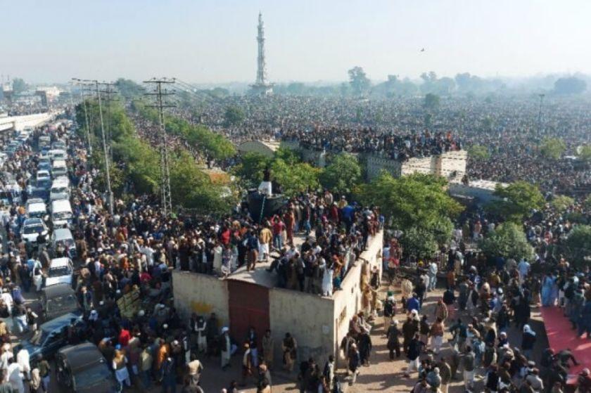 Una multitud acude al funeral de un clérigo radical en Pakistán
