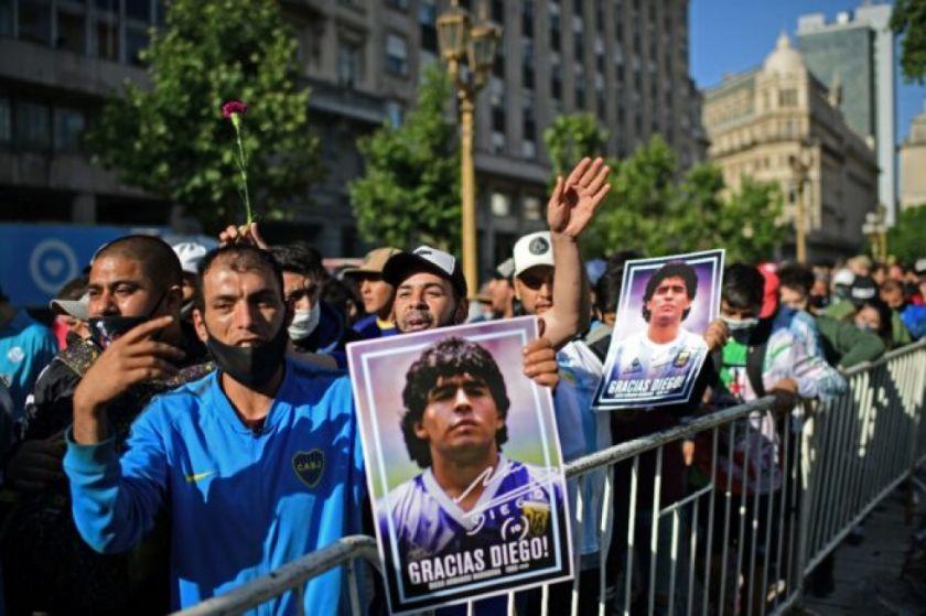 Honores y fervor futbolero en emotiva despedida al ídolo Maradona
